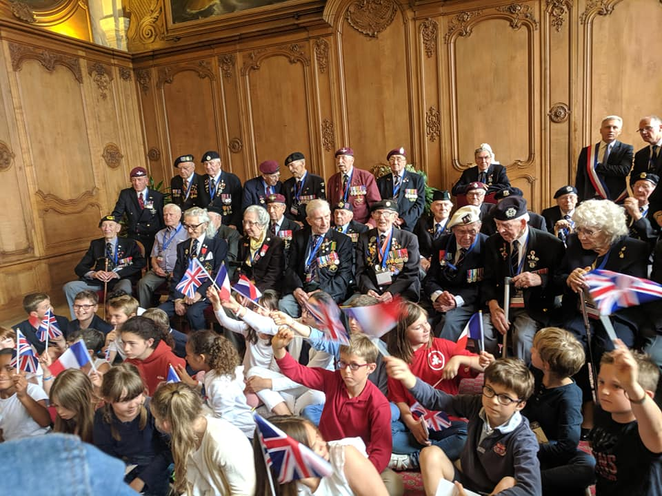 Schoolchildren greet the veterans